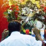 Fiel reverencia imagem de São Jorge durante festa de Ogum em terreiro de Umbanda de João Pessoa (Foto: Felipe Gesteira)